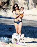 Camila Alves in a bikini at Malibu beach with son Levi, 01/18/09 Foto 3 (Камила Элвис в бикини на пляже Малибу с сыном Леви, 01/18/09 Фото 3)